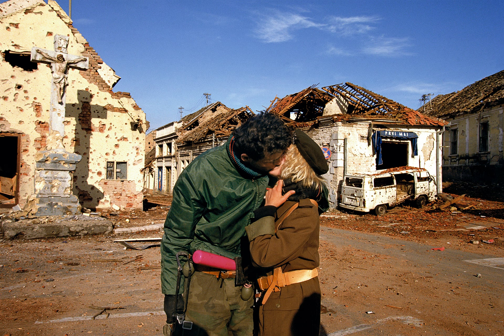 A Serbian couple kisses after the fall of Vukovar, Fall 1991. © Ron Haviv / VII
